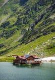 Mountain Lake Il lago fra le rocce Bello cielo con le nubi Valle meravigliosa Concetto di turismo e di escursione HDR Fotografia Stock