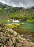 Mountain Lake Il lago fra le rocce Concetto di turismo e di escursione HDR Fotografia Stock