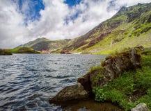 Mountain Lake Il lago fra le rocce Rocce nella priorità alta HDR Fotografia Stock