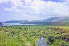 Mountain Lake Landschaft des Gebirgshimmels und des grünen Tales armenien Lizenzfreies Stockbild