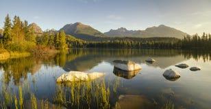 Mountain Lake Panorama de alta resolución del lago en Strbske Pleso Imagenes de archivo