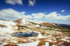 Mountain Lake Riflessione del cielo in acqua Paesaggio della sorgente Immagini Stock