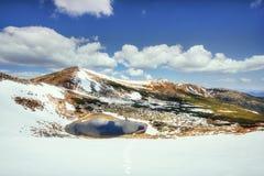 Mountain Lake Riflessione del cielo in acqua Paesaggio della sorgente Fotografia Stock Libera da Diritti