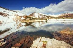 Mountain Lake Riflessione del cielo in acqua Paesaggio della sorgente Immagine Stock Libera da Diritti