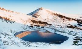 Mountain Lake Riflessione del cielo in acqua Paesaggio della sorgente Automobile Fotografie Stock