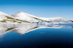 Mountain Lake Riflessione del cielo in acqua Paesaggio della sorgente Automobile Immagini Stock Libere da Diritti