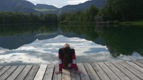 Mountain Lake Sogno della donna sul molo video d archivio