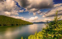 Mountain lake under cloudy sky Royalty Free Stock Photos