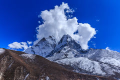 Mountain scenery in Himalaya with snow covered peaks Stock Photography