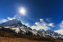 Mountain scenery in Himalaya with snow covered peaks Stock Images