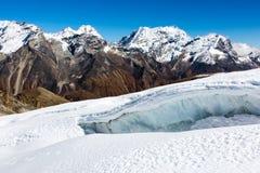 Mountain View élevé avec la crevasse de glacier sur le premier plan images libres de droits