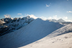 Mountain View в солнечном свете с облаками Стоковое фото RF