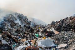 Mountain View свалки мусора вполне сора, пластичных бутылок, хлама и другой погани на острове Thilafushi тропическом Стоковое Изображение