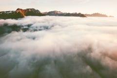 Mountain View acima das rochas do por do sol da paisagem das nuvens Imagem de Stock Royalty Free