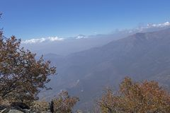 Mountain View Andes e vegeta??o de Aconcagua no dia claro no parque de Campana National do La no Chile central foto de stock