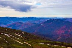 Mountain View autunnale con le creste a distanza nebbiose Fotografie Stock Libere da Diritti
