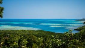 Mountain View avec la paume verte de forêt et d'arbre avec la mer bleue dans la distance dans le jawa de karimun photos stock