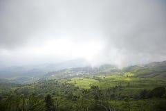 Mountain View avec le chemin chez Phu Tubberk, point de repère de touristes de province de Phetchabun en Thaïlande Image libre de droits
