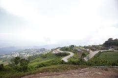 Mountain View avec le chemin chez Phu Tubberk, point de repère de touristes de province de Phetchabun en Thaïlande Photos stock