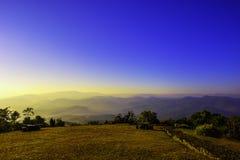 Mountain View avec le ciel bleu pendant le matin Images stock