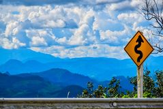 Mountain View avec les cieux bleus et les nuages blancs images libres de droits