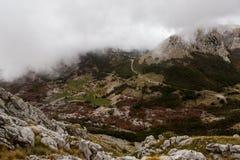Mountain View avec les nuages épais vers le bas à la plaine Photographie stock