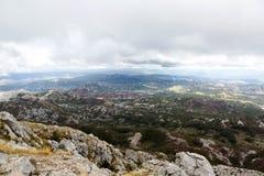 Mountain View avec les nuages épais vers le bas à la plaine Image libre de droits