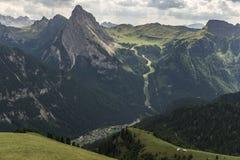Mountain View bonito com cidade de Canazei para baixo abaixo Doomity Mim foto de stock royalty free