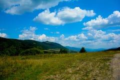 Mountain View carpathien spectaculaire avec le ciel bleu en été photos stock