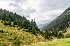 Mountain View carpathien sur la route de Transfagarasan en Roumanie images stock