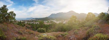 Mountain View, ciel bleu et ville par la mer Photographie stock