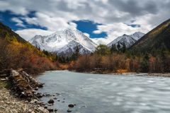 Mountain View coloré de neige Images stock
