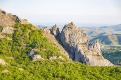 Mountain View com o zimbro verde no por do sol perto da vila de Novyi Svit, Crimeia, Ucrânia Imagens de Stock