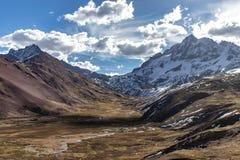 Mountain View como visto do passeio na montanha de Ausangate, montanhas de Andes, Peru fotos de stock