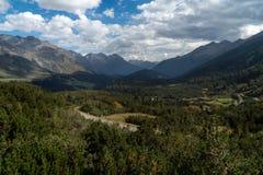 Mountain View con el cielo nublado en Suiza fotografía de archivo libre de regalías
