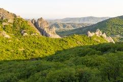 Mountain View con el enebro verde en la puesta del sol cerca del pueblo de Novyi Svit, Crimea, Ucrania Fotos de archivo libres de regalías