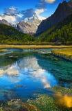 Mountain View con la reflexión del lago Fotos de archivo