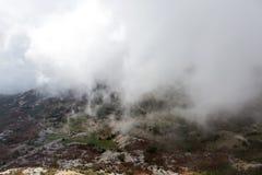 Mountain View con las nubes gruesas abajo a la tierra baja Imagenes de archivo
