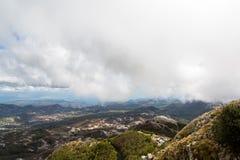 Mountain View con las nubes gruesas abajo a la tierra baja Imágenes de archivo libres de regalías
