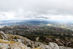 Mountain View con las nubes gruesas abajo a la tierra baja Imagen de archivo libre de regalías