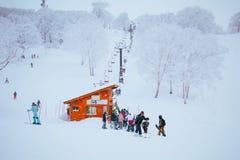 Mountain View da paisagem e de Nozawa Onsen no inverno, Nagano, Japão imagem de stock royalty free