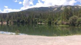 Mountain View dal lato del lago Fotografia Stock Libera da Diritti