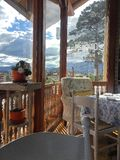 Mountain View dal ristorante romantico a Cuenca Ecuador fotografia stock