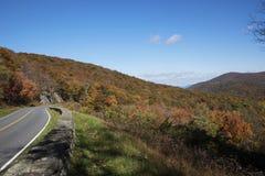 Mountain View dall'azionamento che mostra il fogliame di caduta Immagini Stock Libere da Diritti