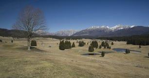 Mountain View dalla pianura di Cansiglio con il lago alpino - Italia fotografia stock