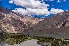 Mountain View dalla strada del lago Pangong di estate Leh Ladakh, il Jammu e Kashmir, India immagini stock