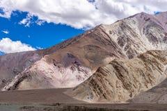 Mountain View dalla strada del lago Pangong di estate di Leh Ladakh, il Jammu e Kashmir, India immagini stock libere da diritti
