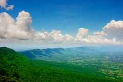Mountain View de cima com das árvores verdes céu e nuvens fotografia de stock