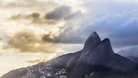 Mountain View de dois irmãos da praia de Ipanema imagem de stock