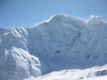Mountain View de Elbrus no inverno. Neve, vento e cl fotografia de stock royalty free